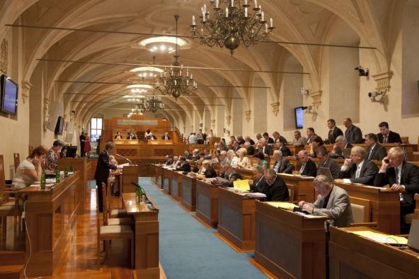 Sleduj online Politika Záznam z jednání schůze Senátu PČR na ČT24!