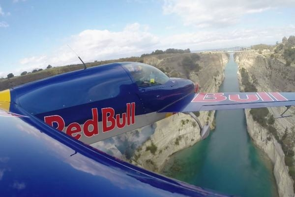 Sleduj online  Flying the Corinth Canal na Red Bull TV!